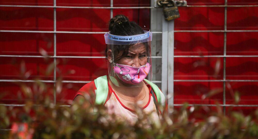 Una mujer con mascarilla en Bogotá, Colombia