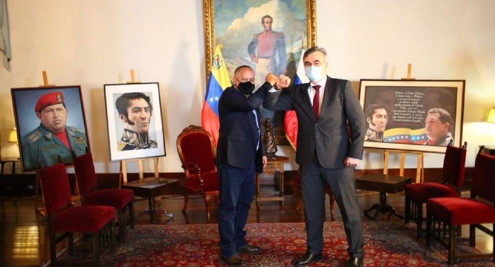 El presidente de la Asamblea Nacional Constituyente de Venezuela, Diosdado Cabello, y el embajador de Rusia en Caracas, Serguéi Melik-Bagdasárov