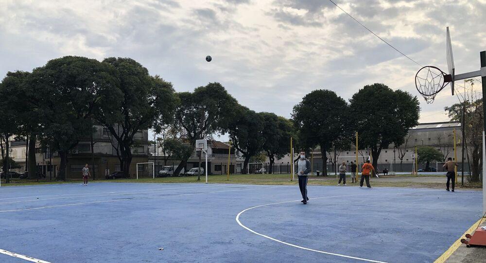 El Polideportivo cuenta con canchas de fútbol y básquet que se habilitan a diario hasta las 18 horas