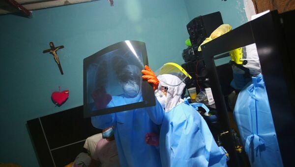 Médico mirando una radiografía en Ciudad de México - Sputnik Mundo