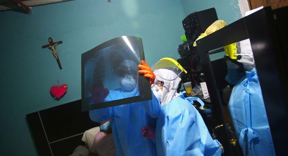 Médico mirando una radiografía en Ciudad de México