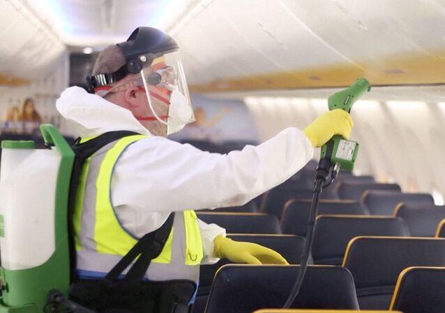 Un hombre desinfecta el interior de un avión de Ryanair