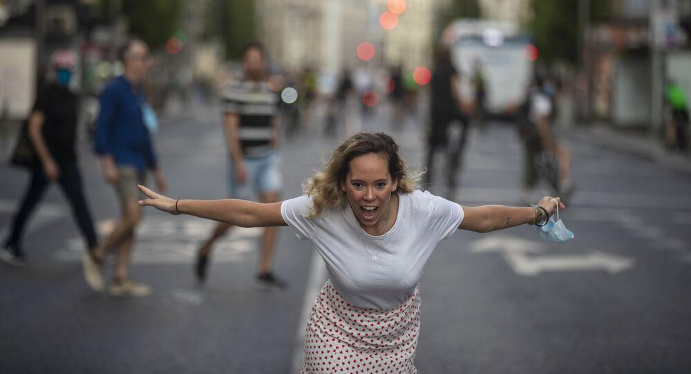 Mujer en la Gran Vía de Madrid