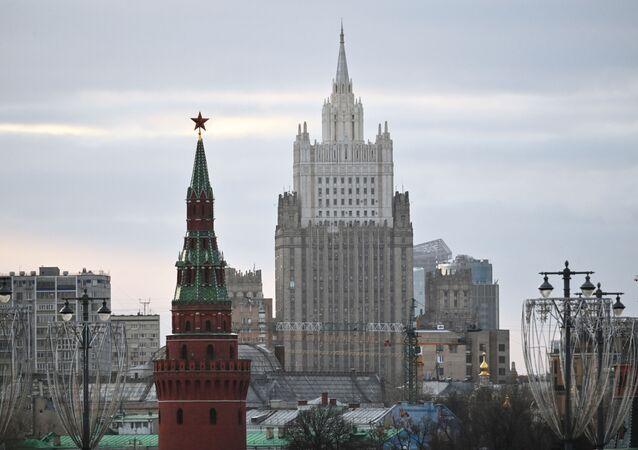 El edificio del Ministerio de Asuntos Exteriores ruso y una de las torres del Kremlin