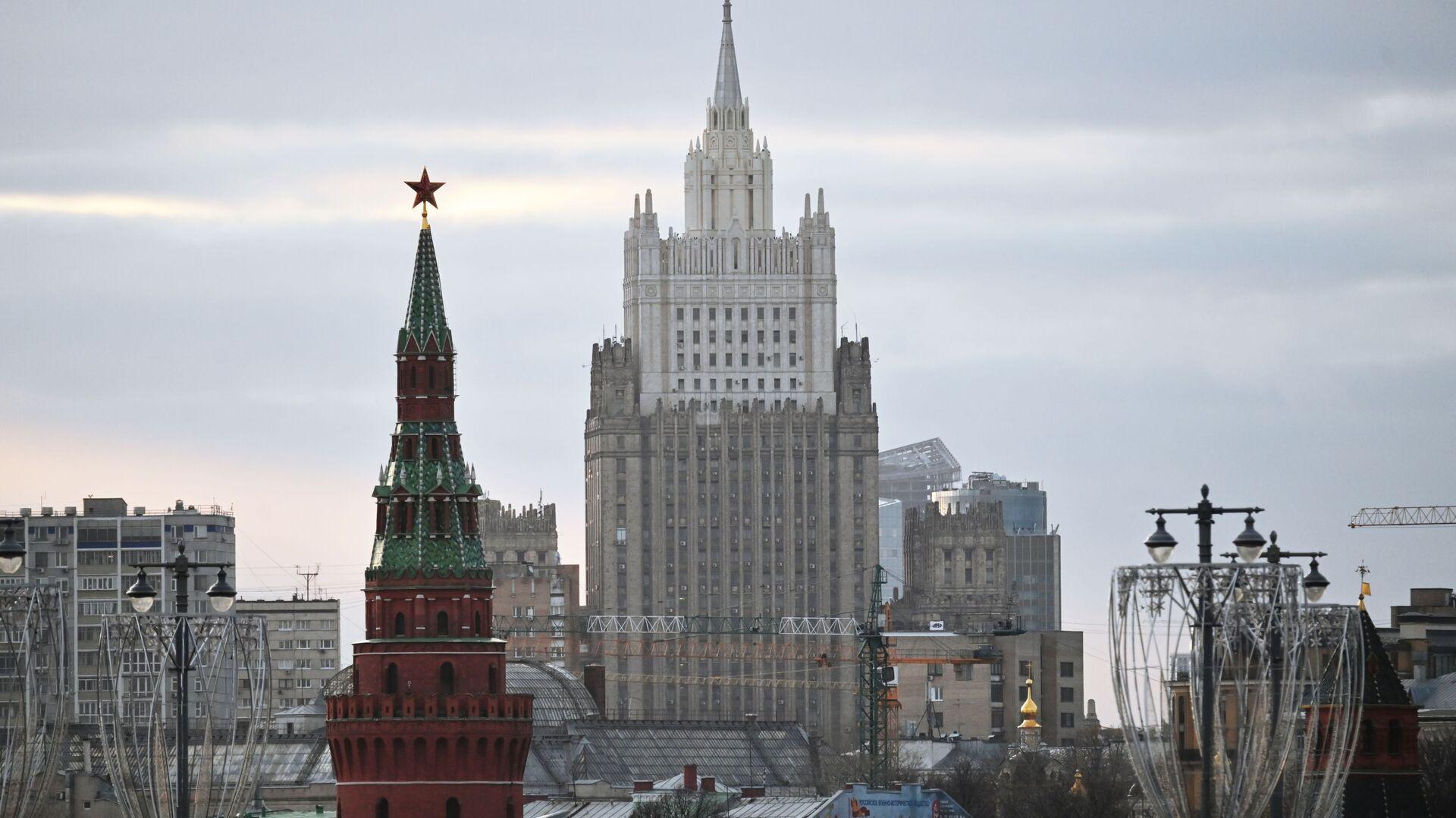 El edificio del Ministerio de Asuntos Exteriores ruso y una de las torres del Kremlin - Sputnik Mundo, 1920, 01.03.2021