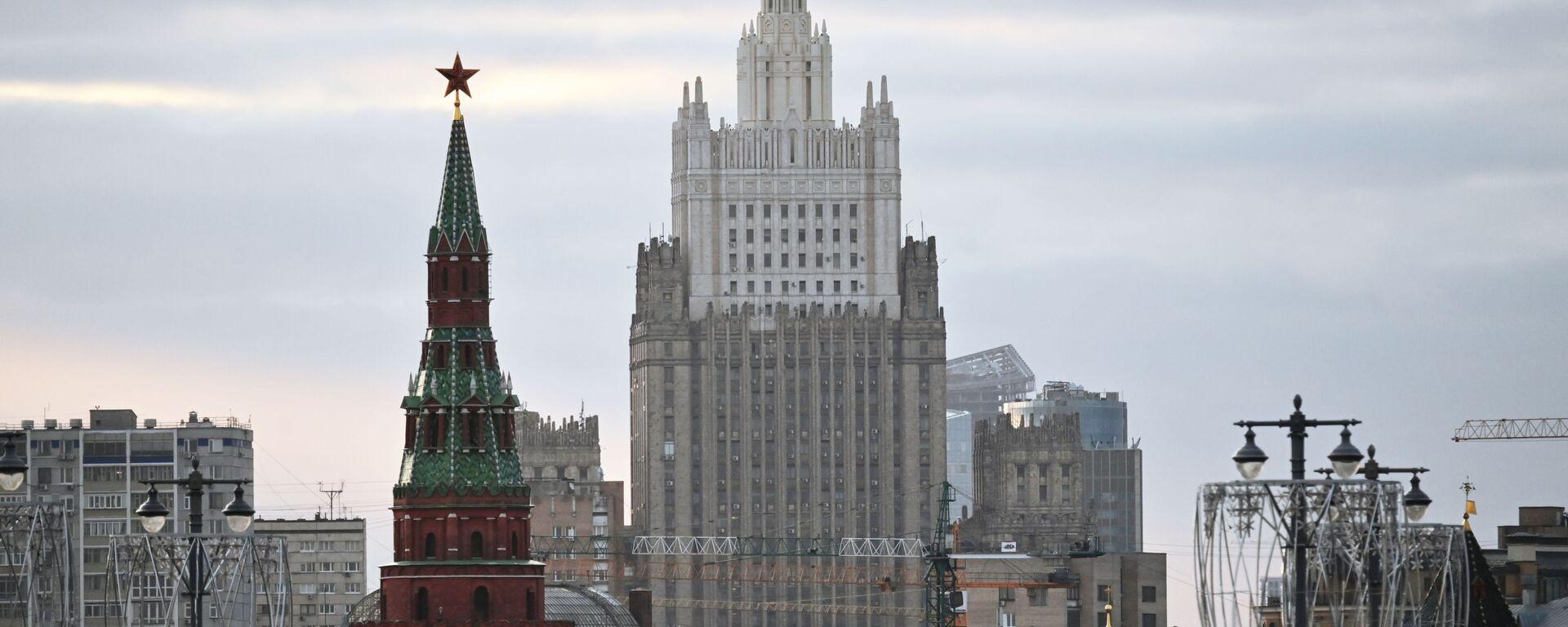 El edificio del Ministerio de Asuntos Exteriores ruso y una de las torres del Kremlin - Sputnik Mundo, 1920, 20.04.2021