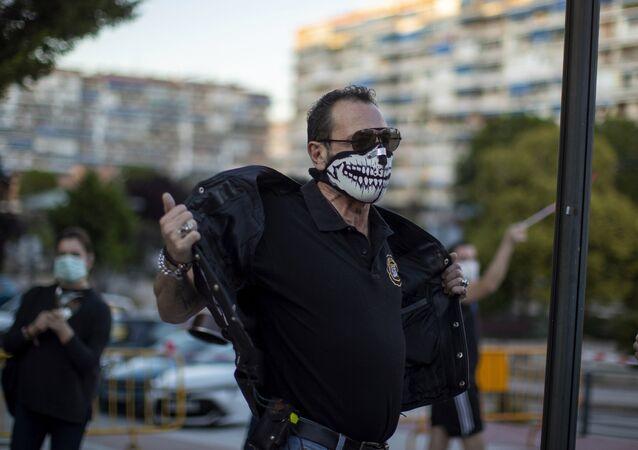 Un hombre con mascarilla