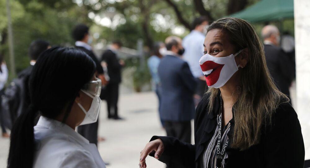 Una mujer en mascarilla