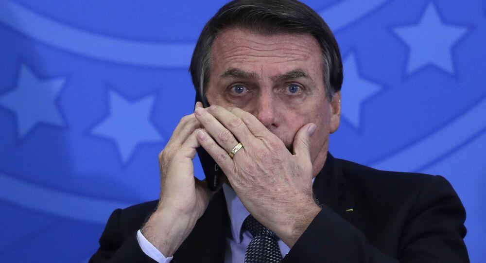 Jair Bolsonaro, presidente de Brasil, habla por teléfono móvil