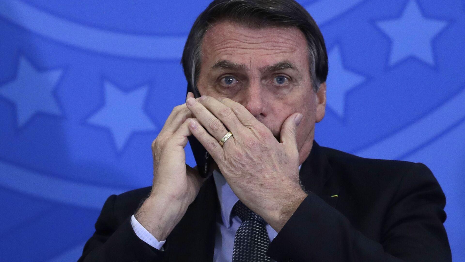 Jair Bolsonaro, presidente de Brasil, habla por teléfono móvil - Sputnik Mundo, 1920, 21.06.2021
