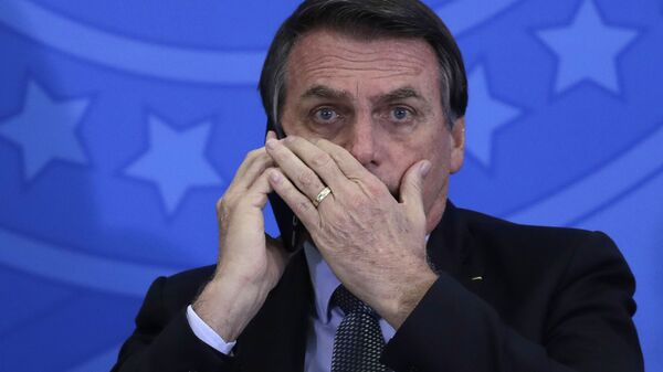 Jair Bolsonaro, presidente de Brasil, habla por teléfono móvil - Sputnik Mundo
