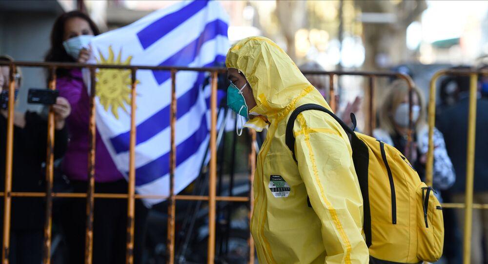 Un hombre con un traje de protección en Montevideo, Uruguay