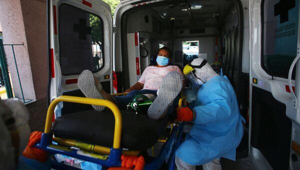 Una mujer en una ambulancia en Ciudad de México - Sputnik Mundo