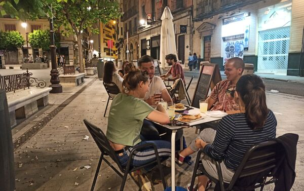 Jóvenes vuelven a los veladores en Sevilla - Sputnik Mundo