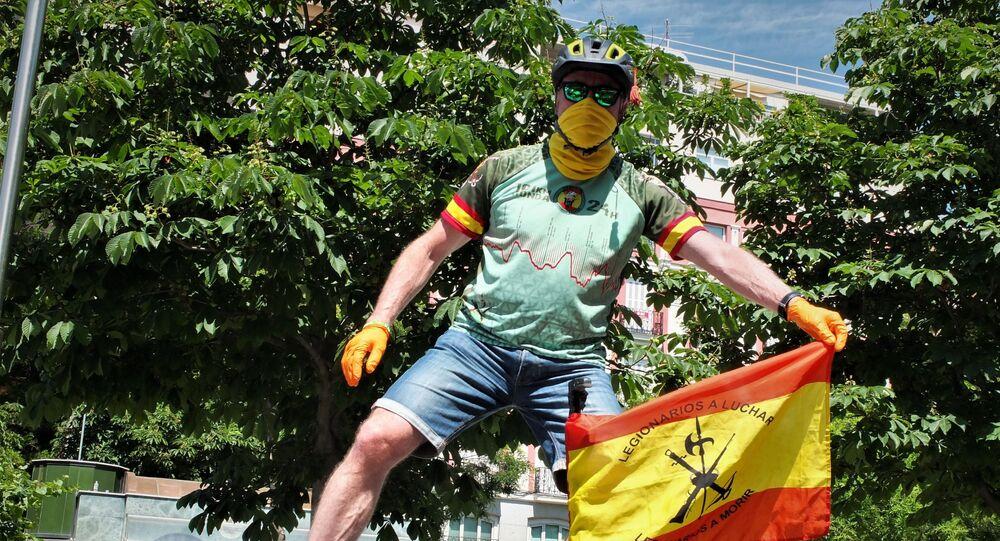 Un asistente a la manifestación contra el gobierno en Madrid