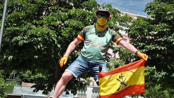 Un asistente a la manifestación contra el gobierno en Madrid - Sputnik Mundo