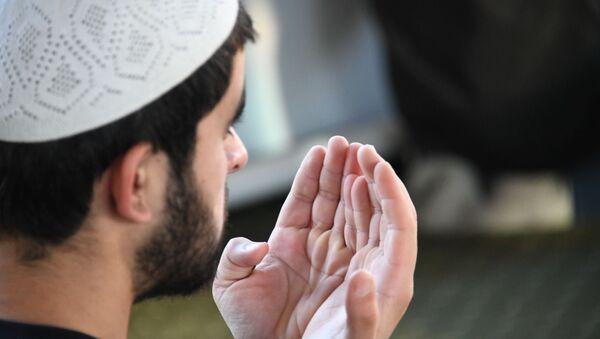 Un hombre musulmán rezando - Sputnik Mundo