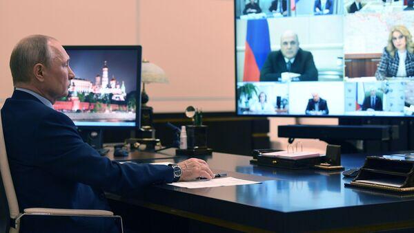 Vladímir Putin, presidente de Rusia, durante una videoconferencia con autoridades rusas - Sputnik Mundo