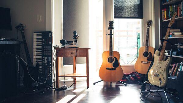 Instrumentos musicales en casa - Sputnik Mundo