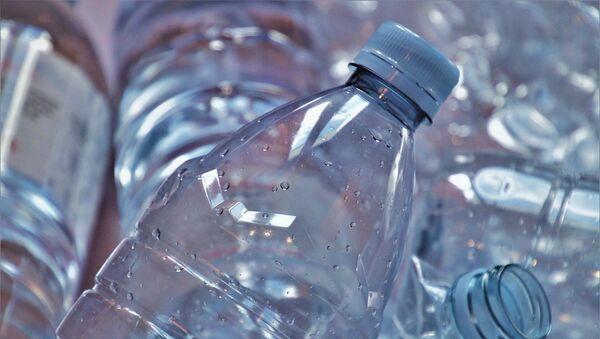Una botella de plástico reciclable - Sputnik Mundo