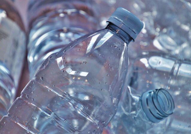 Una botella de plástico reciclada