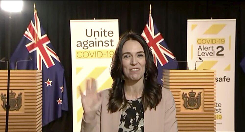 La primera ministra de Nueva Zelanda mantiene la sonrisa ante un terremoto en directo en TV
