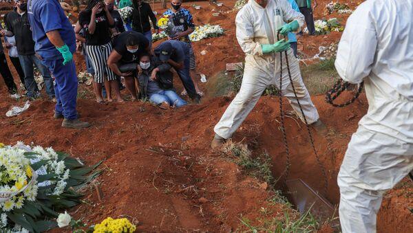 El entierro de una víctima de coronavirus en el cementerio más grande de Brasil, en Sao Paulo - Sputnik Mundo