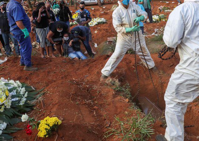 El entierro de una víctima de coronavirus en el cementerio más grande de Brasil, en Sao Paulo