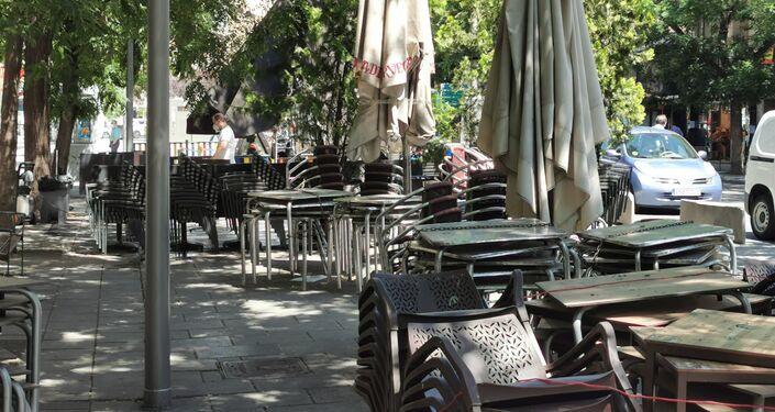 Terrazas preparadas para abrir en la calle de Fuencarral (Madrid)