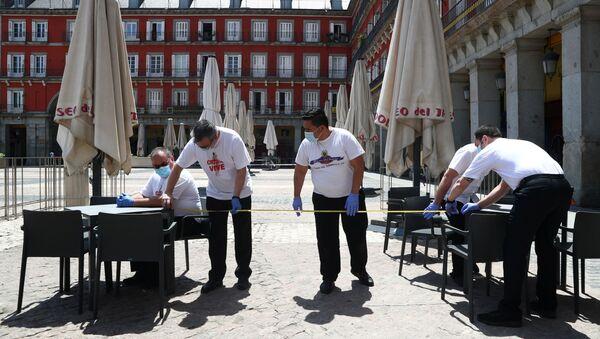 Trabajadores midiendo la distancia entre dos mesas en una terraza de la Plaza Mayor (Madrid) - Sputnik Mundo