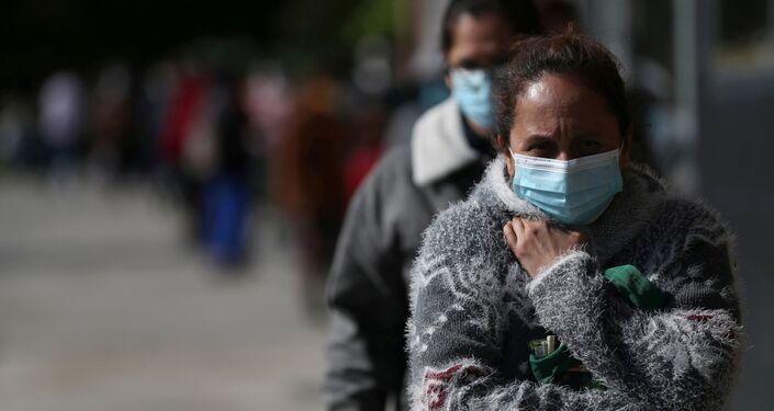 Personas reciben donaciones de comida en Madrid