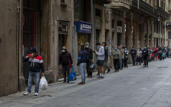 Colas de personas para recibir donación de alimentos en Barcelona - Sputnik Mundo