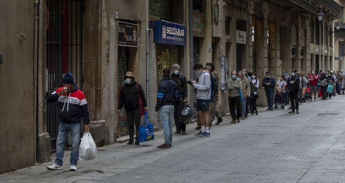 Colas de personas para recibir donación de alimentos en Barcelona