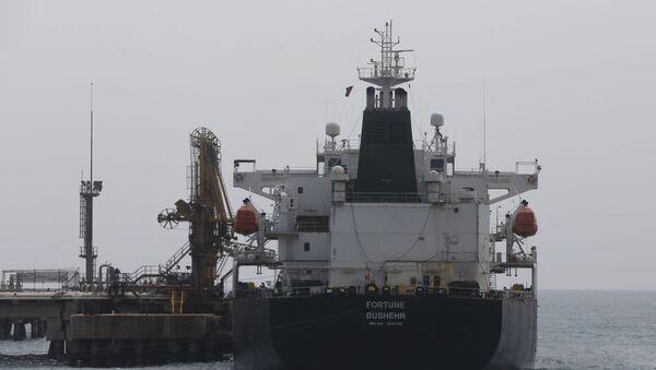 El petrolero iraní en el puerto de Venezuela - Sputnik Mundo