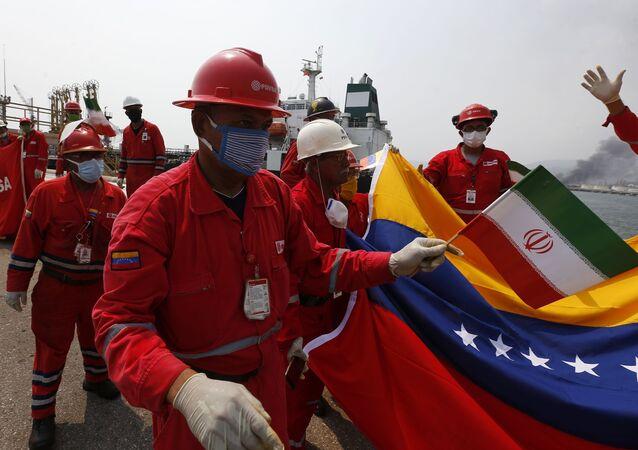 Banderas venezolanas e iraníes reciben a los barcos llegados desde Irán