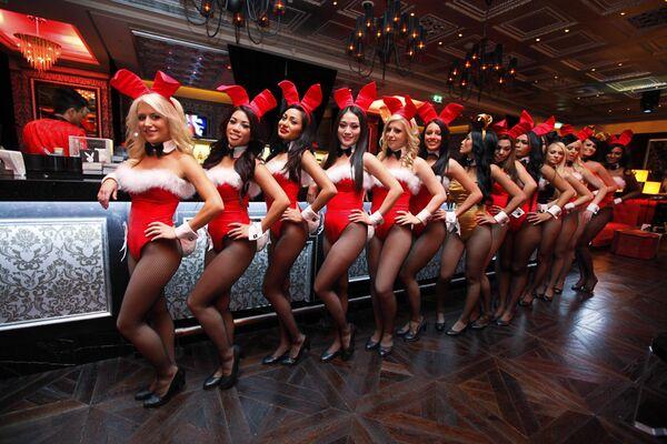 Waitresses pose inside the Playboy Club at the Sands Casino in Macau - Sputnik Mundo