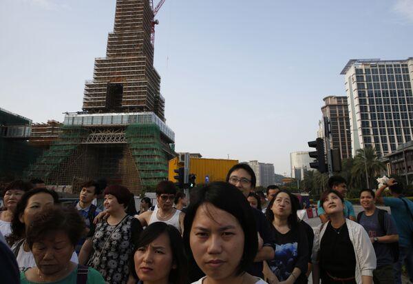 People walk in front of the Parisian Macao in Macau - Sputnik Mundo