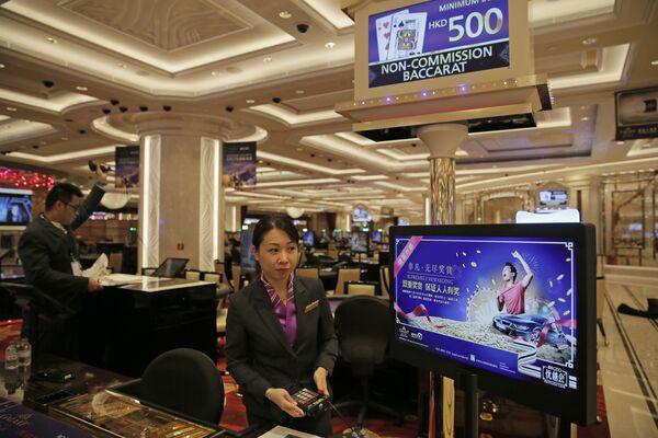 Casino staffs set up gaming tables at the new expansion of the Galaxy Macau casino resort in Macau - Sputnik Mundo