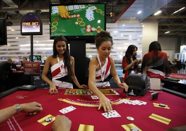 Aunque los casinos siempre se han considerado establecimientos de élite, los propietarios de las casas de juego de Macao los han convertido en un objeto de turismo de masas. Directamente desde el ferry, hay autobuses gratuitos que distribuyen a los pasajeros por los casinos con muchos hoteles y restaurantes caros.