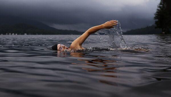 Una mujer nadando en el mar - Sputnik Mundo