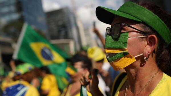Una mujer en mascarilla en Brasil - Sputnik Mundo