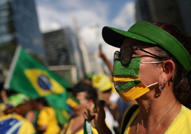 Una mujer en mascarilla en Brasil