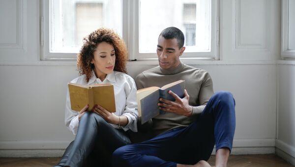Una pareja leyendo, imagen referencial - Sputnik Mundo