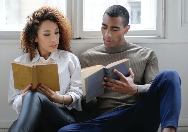 Una pareja leyendo, imagen referencial