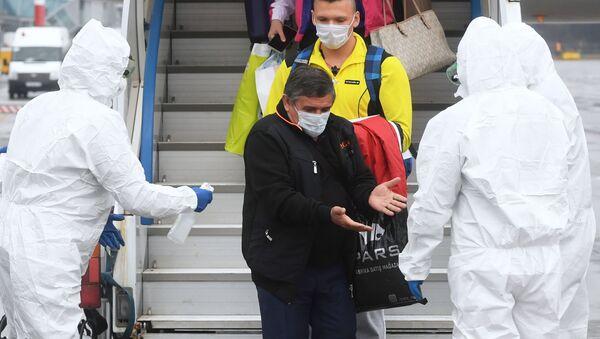 La gente baja del avión en Rusia - Sputnik Mundo
