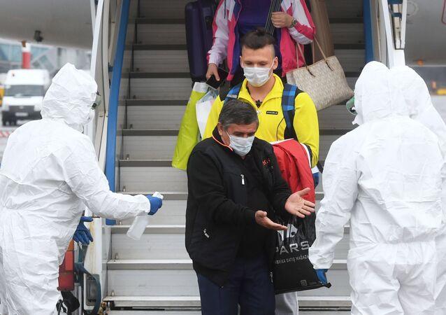 La gente baja del avión en Rusia