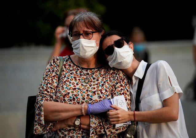 Dos mujeres con mascarillas durante brote de coronavirus en España