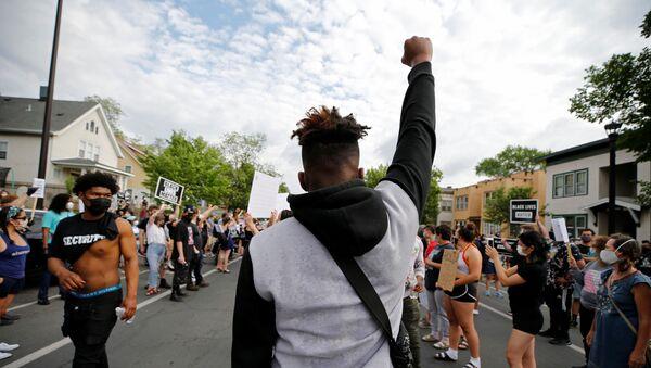 Manifestantes se reúnen en el lugar donde George Floyd, un afroamericano desarmado, fue asfixiado por un policía local - Sputnik Mundo