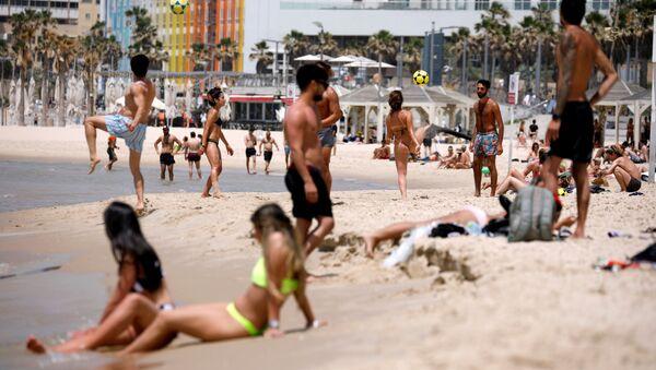 Gente en la playa del Mediterraneo en Israel - Sputnik Mundo