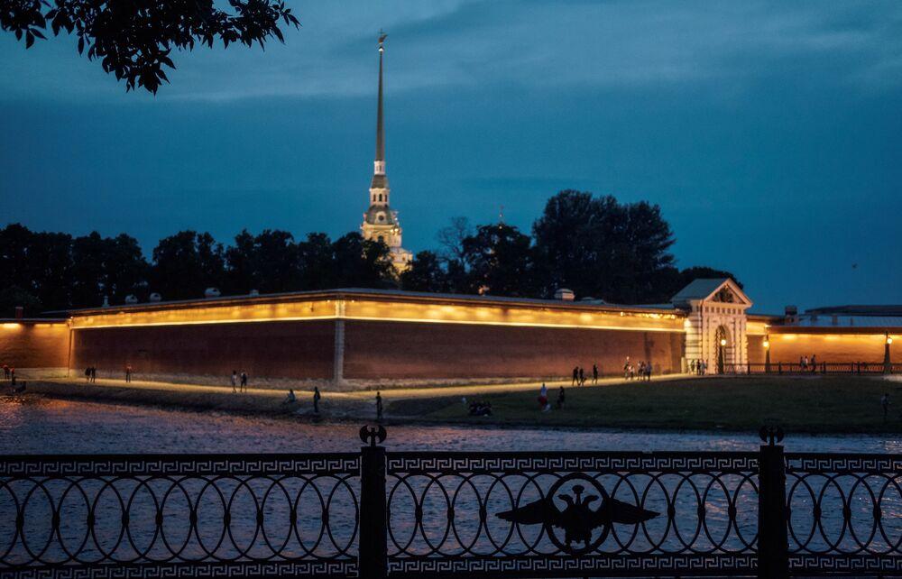 La silueta de la fortaleza ocupa un lugar clave en el panorama de San Petersburgo, y el ángel en la aguja de la catedral ha llegado a ser un símbolo histórico de la ciudad, al igual que el barco en la aguja del Almirantazgo y el monumento del Jinete de bronce.